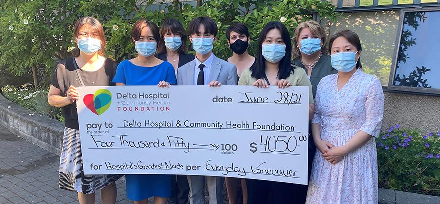 에브리데이 밴쿠버 책 후원팀  델타병원과 보건재단에 기부